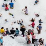 สนุกกับการแหวกว่ายไปใน The Beach ชายหาดบอลพลาสติกนับล้านลูก