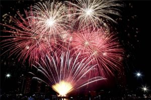"""""""มิว-กลัฟ"""" ปลื้มแน่!!! แฟนคลับจีนเปย์หนัก!!! จุดโปรเจกต์ดอกไม้ไฟสุดอลัง ริมแม่น้ำเจ้าพระยา เป็นของขวัญวาเลนไทน์"""